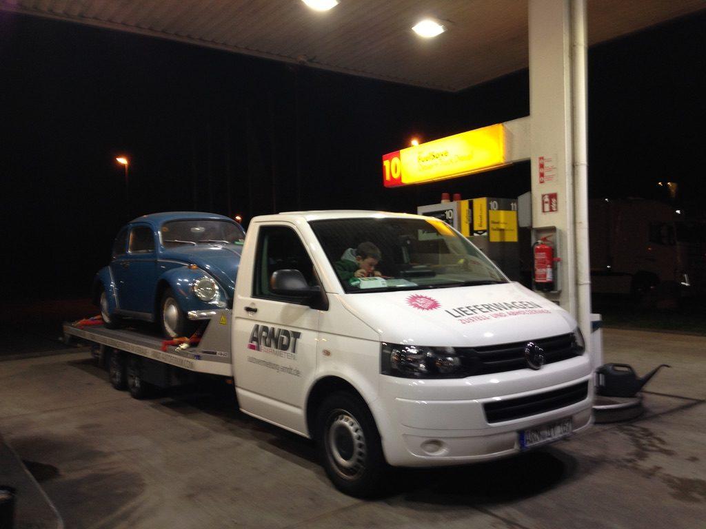 Transporter mit VW Käfer