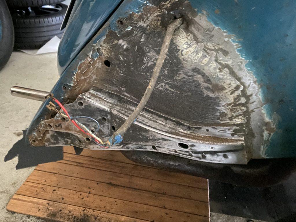 Endspitze von Rost und Unterbodenschutz freilegen